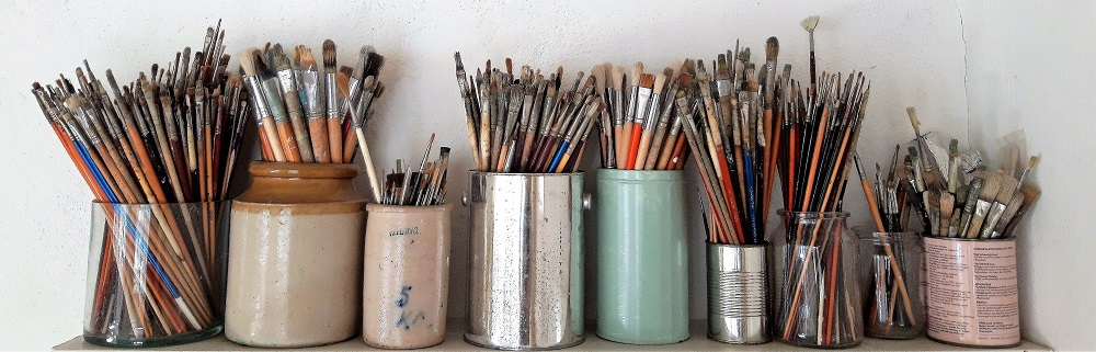 Allerlei penselen van Hilmar Schafer in potten en blikken.